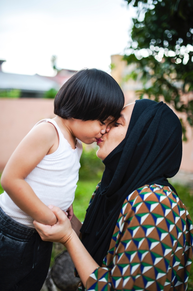 Creating Emotional Family Images with Photographer Min Mohd — Mom Kissing Son